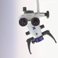 Dzięki temu urządzeniu można wykonywać najbardziej skomplikowane, wymagające ogromnej precyzji zabiegi endodoncji i mikrochirurgii stomatologicznej. Producent - Firma Carl Zeiss, lider w optyce profesjonalnej, wykorzystuje w swoich mikroskopach najnowocześniejszy rodzaj soczewek zbudowanych ze szkła o różnej gęstości.